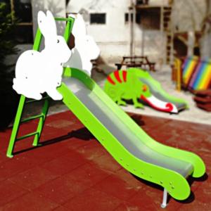 Tobogan exterior cu decoratiuni pentru copii